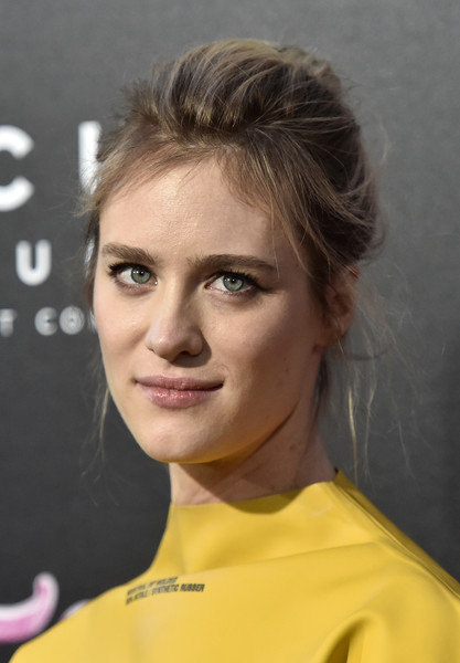 Mackenzie Davis Loose Bun [premiere of focus features,hair,face,eyebrow,hairstyle,chin,forehead,blond,nose,lip,brown hair,arrivals,tully,mackenzie davis,california,los angeles,regal la live stadium,focus features,premiere]