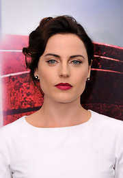Antje Traue looked like a total glamorous vixen with a retro-inspired pinned up curly 'do.