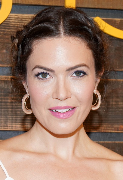 Mandy Moore Gold Hoops [this is us,hair,face,eyebrow,hairstyle,lip,chin,forehead,skin,beauty,nose,pearsons - arrivals,pearsons,mandy moore,pancakes,hotel west hollywood,california,nbc]