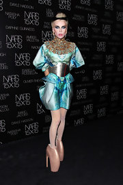 Daphne Guinness achieved an extreme avant-garde look thanks to Alexander McQueen's Armadillo heels.