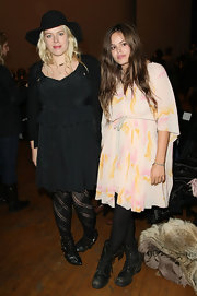 Amanda de Cadenet made a simple ensemble look high fashion by wearing a pair of gorgeous patterned tights.