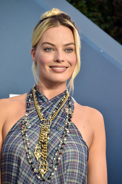 Margot Robbie Layered Chainlink Necklaces [hair,face,blond,hairstyle,beauty,eyebrow,fashion,chin,lip,neck,arrivals,margot robbie,screen actors guild awards,screen actors\u00e2 guild awards,the shrine auditorium,los angeles,california,margot robbie,24th screen actors guild awards,shrine auditorium and expo hall,sag-aftra,celebrity,red carpet,actor,screen actors guild,academy award for best actress in a supporting role]