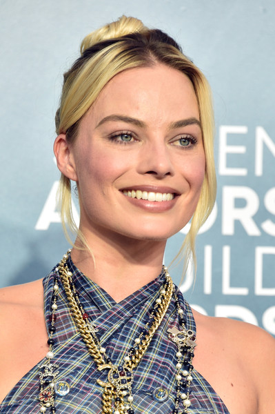 Margot Robbie Hair Knot [hair,face,hairstyle,eyebrow,blond,chin,beauty,lip,long hair,smile,arrivals,margot robbie,screen actors guild awards,screen actors\u00e2 guild awards,the shrine auditorium,los angeles,california,margot robbie,harley quinn: birds of prey,harley quinn,actor,image,screen actors guild awards,73rd british academy film awards,critics choice movie award for best supporting actress,celebrity]