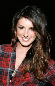 Shenae Grimes wore her hair in long textured waves with lots of shine while attending the Invasive Ways exhibit opening in Brooklyn.