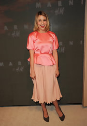 Dianna accessorized her girly look with classic pumps.