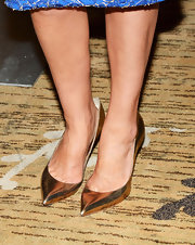 Golden pointy-toed pumps added some pizazz to Cobie's look.