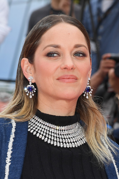 Marion Cotillard completed her dazzling accessories with a pair of gemstone chandelier earrings, also by Chopard.