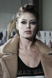 Doutzen Kroes rocked a messy half-up hairstyle at the Max Mara fashion show.