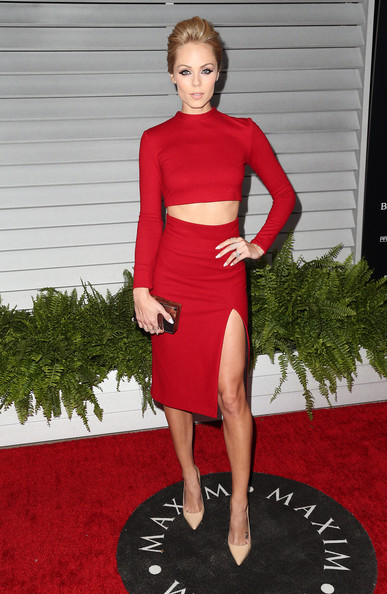 A matching red Alice + Olivia pencil skirt with a thigh-baring slit added an extra dose of oomph to Laura Vandervoort's look.