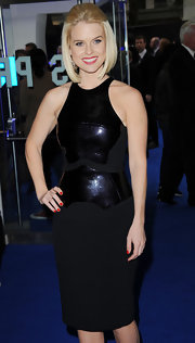 Alice Eve attended the 'Men in Black 3' premiere with her nails painted a gorgeous glossy red.