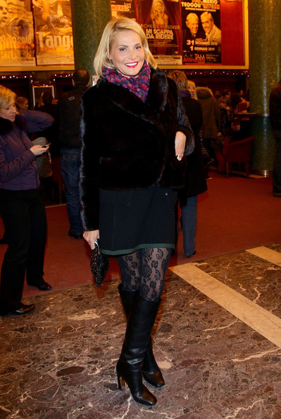 Simona Ventura looked oh-so-fashionable in her black knee-high boots.