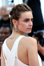 Kasia Smutniak complemented her hairstyle with stunning diamond and emerald chandelier earrings.