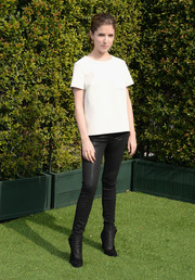 Anna Kendrick added a dose of edginess with a pair of shiny black skinny jeans by 1921.
