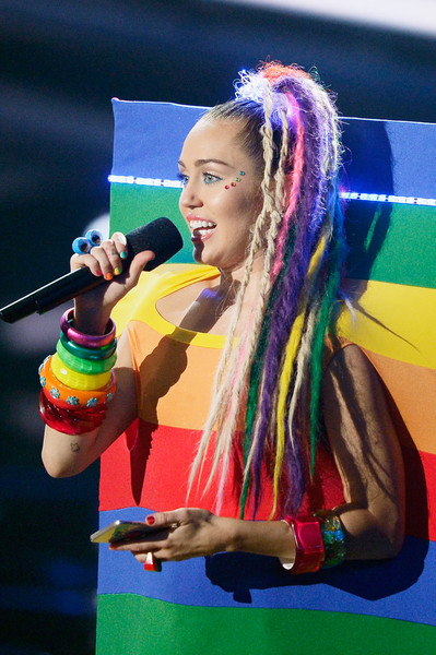Miley Cyrus Dreadlocks [performance,hairstyle,fun,girl,music artist,product,hair coloring,performing arts,phone,miley cyrus,mtv video music awards,california,los angeles,microsoft theater,samsung,show]