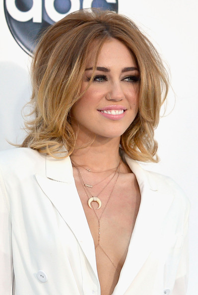 Miley Cyrus with two-tone blonde shoulder length hair ... |Miley Cyrus Shoulder Length Hair 2012