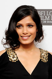 Frieda Pinto looked as elegant as ever. Her pinned up voluminous curls were the perfect finish to her stunning look.