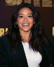Gina Rodriguez wore her hair down in a thick wavy style at the 'Miss Bala' photocall.