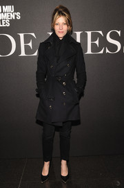 Robbie Myers was classic and edgy in her all-black trenchcoat, jeans, and pumps combo at the 'De Djess' screening.