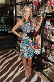 The sexy supermodel Molly Sims showed off her svelte figure in a on-trend floral dress which she paired with a simple pair of nude pumps.