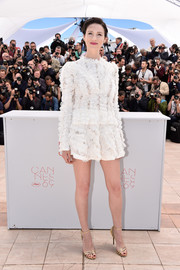 Caitriona Balfe went the frilly route in a long-sleeve white ruffle blouse by Louis Vuitton during the Cannes photocall for 'Money Monster.'