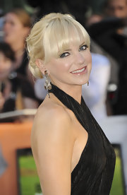 Anna Faris accessorized her sexy red carpet gown with diamond dangle earrings.
