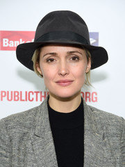 Rose Byrne went masculine-chic with this black fedora at the 'Mother of the Maid' opening night celebration.
