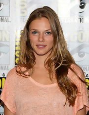 Tracy Spiridakos went for a more natural-looking 'do with a loose, wavy hairdo.