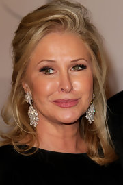 Kathy Hilton didn't scrimp on the jewels at the Golden Globes after-party, wearing a dazzling pair of dangling diamond earrings.
