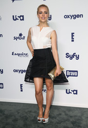 For a bit of shine, Amanda Schull accessorized with an elegant gold envelope clutch.