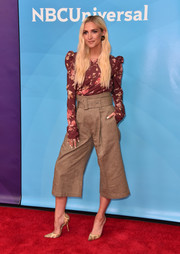 Ashlee Simpson rounded out her look with a pair of nude snakeskin pumps.