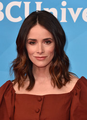 Abigail Spencer framed her face with a center-parted wavy 'do for the 2018 NBCUniversal Summer Press Day.