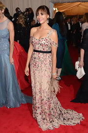 Rashida Jones looked purely whimsical in this floral off-the-shoulder silk gown.