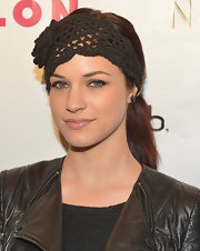 Alexis Knapp accessorized her classic ponytail with this black crocheted headband that featured a bold flower detail.