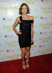 Maggie opted for a sexy Fall 2010 LBD with nude platform sandals and a sweet curly do.