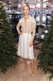 A pair of nude ankle-strap pumps finished off Carolyn Murphy's well-coordinated look.