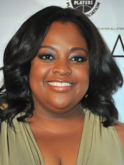 Comedian Sherri Shepherd wore medium curls that were parted down the center to the NBA All-Star game.