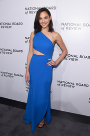 Gal Gadot looked downright fab in a one-shoulder blue cutout dress by Elie Saab at the 2018 National Board of Review Awards Gala.