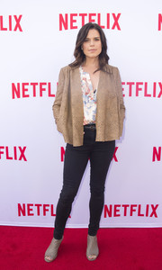 For her footwear, Neve Campbell chose a pair of simple nude open-toe booties.