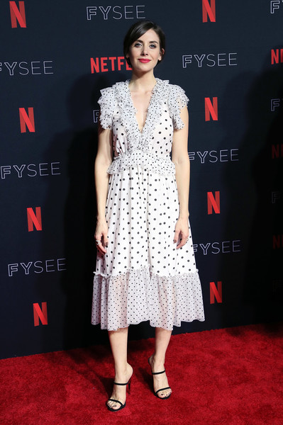 Alison Brie paired her dress with black slim-strap heels.
