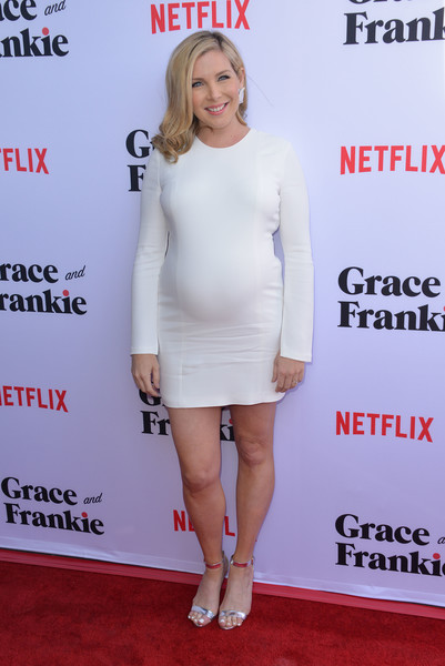 June Diane Raphael donned a long-sleeve white maternity dress for the premiere of 'Grace & Frankie' season 2.