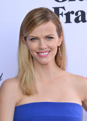 Brooklyn Decker sported a sleek side-parted hairstyle at the premiere of 'Grace & Frankie' season 2.