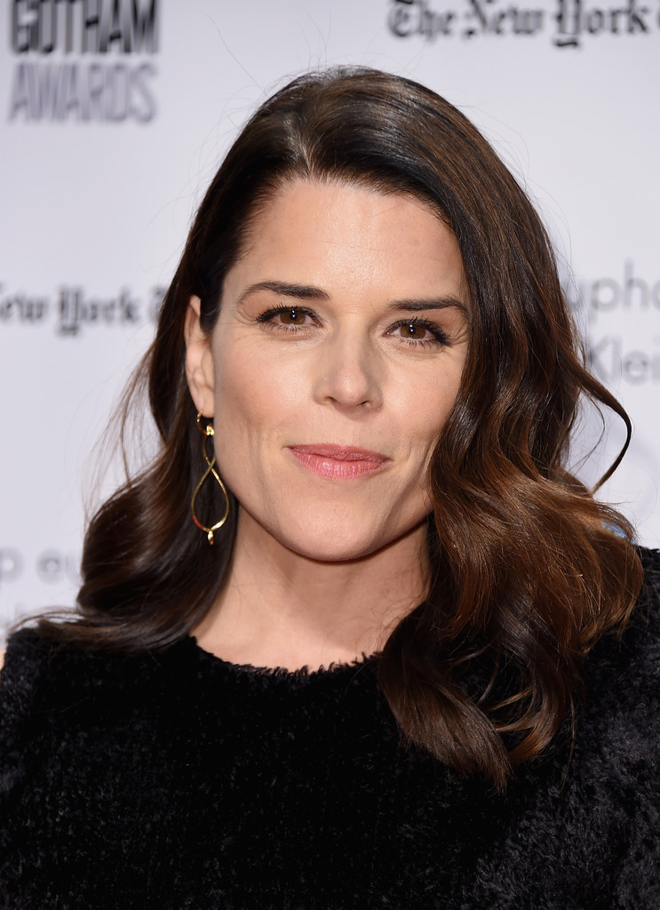 Neve Campbell Medium Curls Neve Campbell Looks Stylebistro