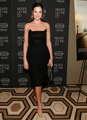 Gloria Vostsis flaunted her sultry figure in a hip hugging strapless dress and nude pointed pumps.