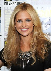 Starlet Sarah Michelle Gellar looked gorgeous at Comic-Con in a black embellished top that she paired with dark lashes and a smoky eye look.