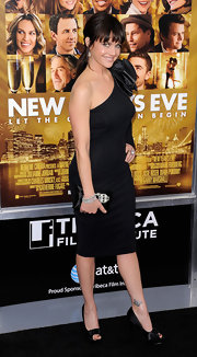 Carla topped off her chic LBD with black satin peep-toe pumps.