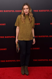Piper Perabo attended the 'Hateful Eight' premiere dressed down in a loose tan knit top.