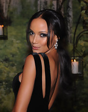 Selita Ebanks looked extra glamorous in these glitzy dangling diamond earrings.