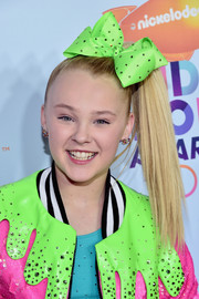 JoJo Siwa finished off her look with a pair of bow earrings.