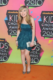 Jennette paired her ruffled dress with a textured gemstone encrusted clutch.