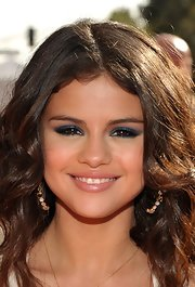 Selena Gomez arrived at the 2012 Kids' Choice Awards wearing bright shimmering blue eyeshadow.
